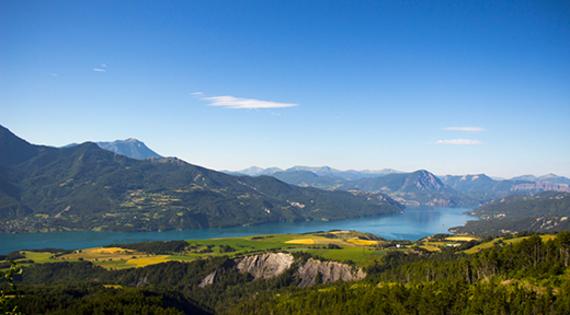 Balade dans les Hautes Alpes Lac de Serre Ponçon © ADDET 05