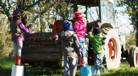 les enfants prêts pour presser les pommes