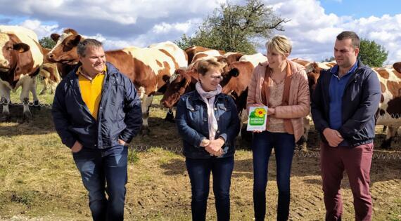 La Famille au complet reçoit la plaque du réseau Bienvenue à la ferme