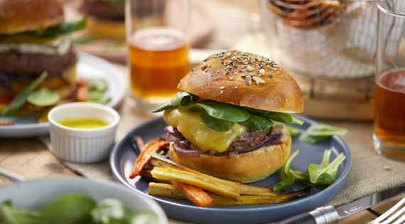Recette Bienvenue à la ferme- Burger-tomme-de-montagne-frites-legumes