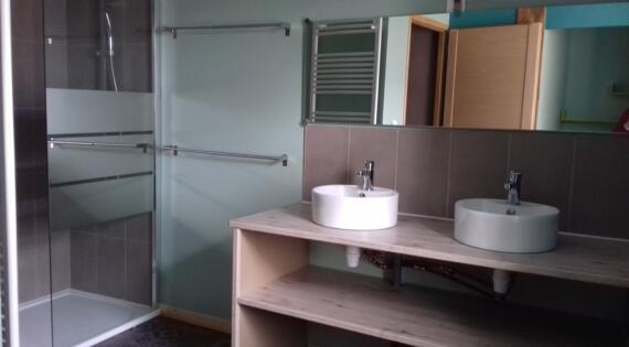 salle d'eau avec coin bébé