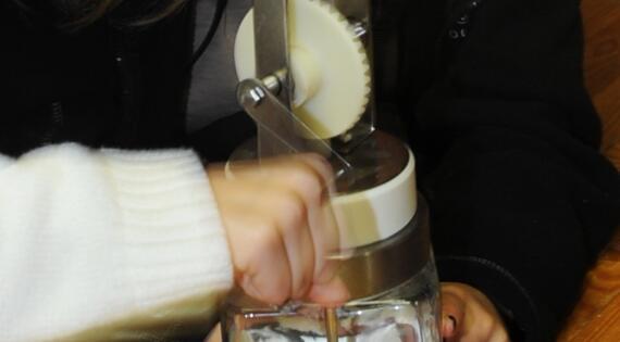 faire du beurre à la Ferme de la Puilière